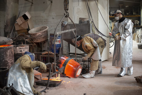 Art foundry, Foundry workers casting - BFRF01994
