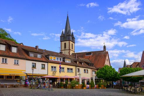 Marktplatz mit der Pfarrkirche St. Peter und Paul, Gemünden am Main, Unterfranken, Franken, Bayern, Deutschland - LB02469
