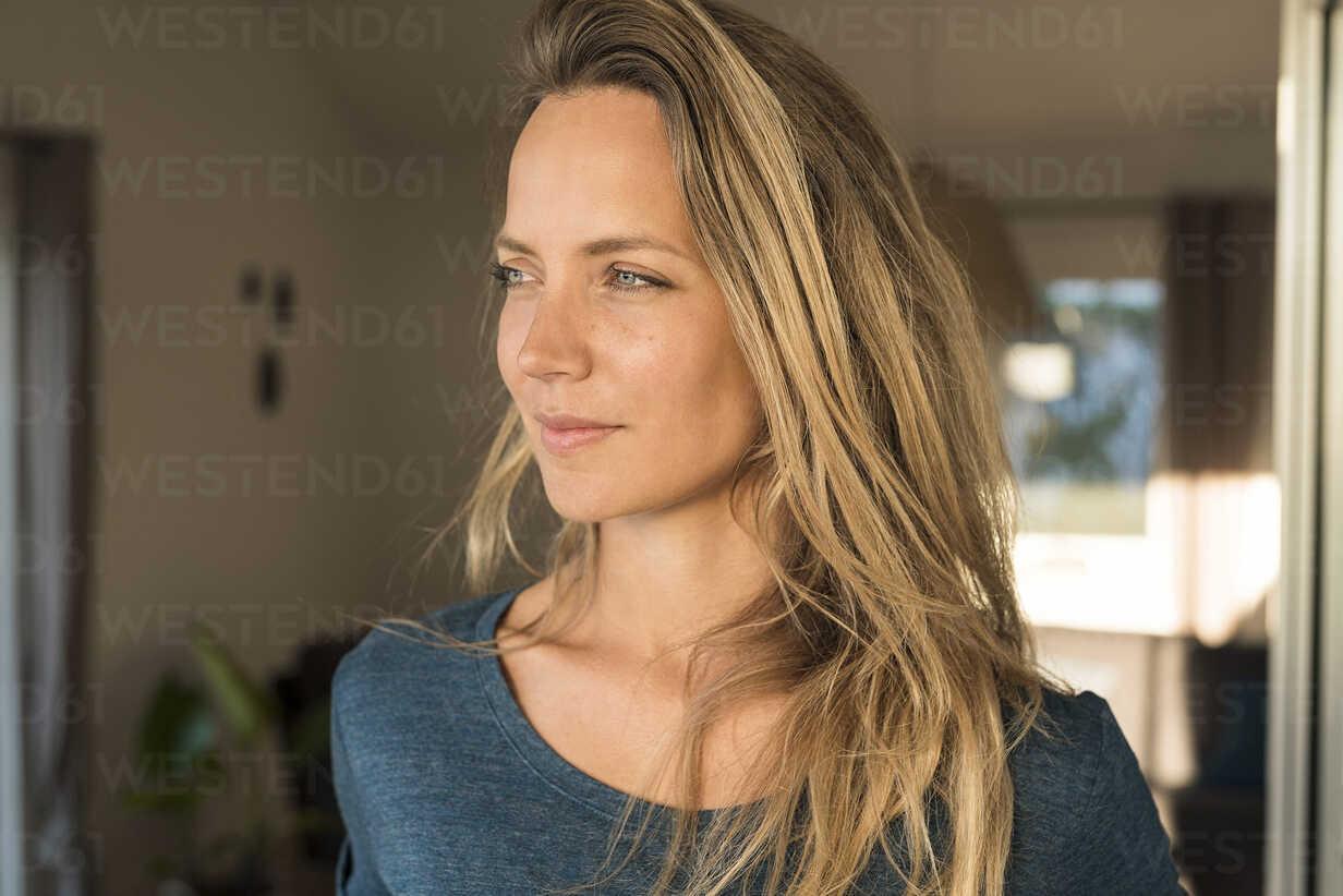 Portrait of blond woman at home looking sideways - SBOF01952 - Steve Brookland/Westend61