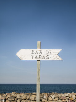Spain, Mallorca, sign post to Tapas Bar - JMF00436