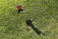 Young contemporary dancer practicing in a city park, seen from above - JRFF02864