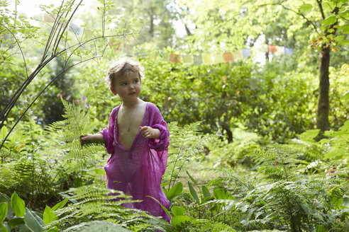 Little girl wearing pink tunic in nature - AMEF00041