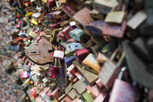 Germany, Cologne, love locks at Hohenzollern Bridge - MKF00472