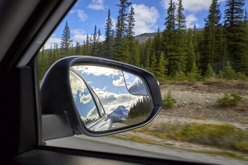 Canada, Alberta, Jasper National Park, Banff National Park, Icefields Parkway, landscape seen through car window - EPF00574