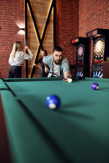 Man playing billiards - ZEDF02056