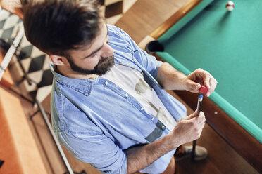 Man preparing his billiards cue - ZEDF02062