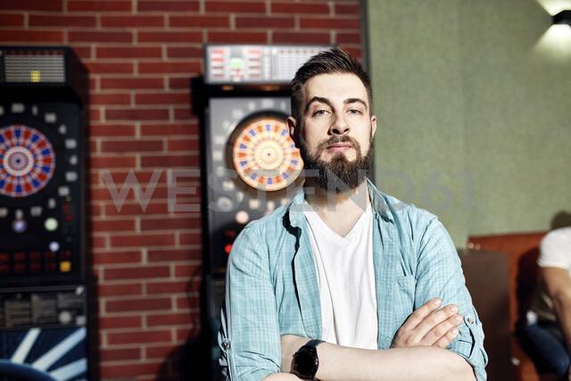 Portrait of confident man at dartboard - ZEDF02071 - Zeljko Dangubic/Westend61