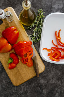 Red bell pepper on chopping board, chopping - GIOF05864