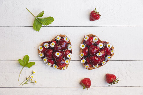 Homemade strawberry heart cakes with daisy flowers, edible flowers - GWF06022