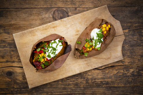 Sweet potato kumpir with chili con carne, sour cream and coriander - LVF07933