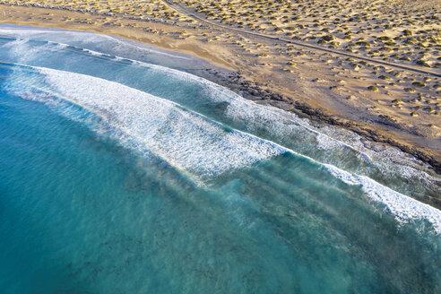 Wellen an Sandstrand, Playa Famara bei Caleta de Famara, Drohnenaufnahme, Lanzarote, Kanarische Inseln, Spanien - SIEF08497