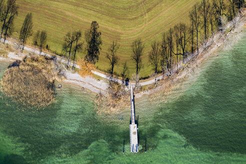 Bootsanleger Kaltenbrunn, Tegernsee, Schatten von Baumreihe am Seeufer, bei Gmund, Drohnenaufnahme, Oberbayern, Bayern, Deutschland - SIEF08532