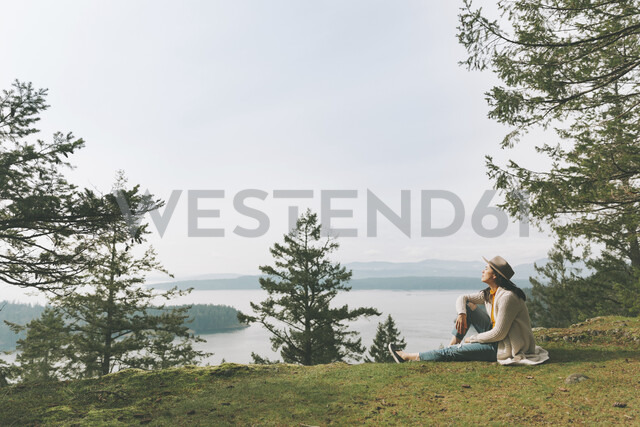 Woman relaxing in nature, enjyoing the sun - CMSF00006 - Crystal Sing/Westend61