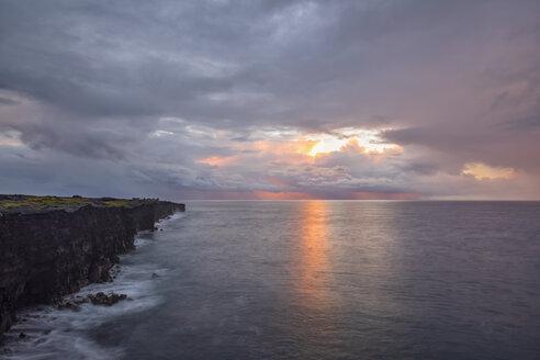 USA, Hawaii, Big Island, Volcanoes National Park, Pacific Ocean, lava coast at sunrise - FOF10548