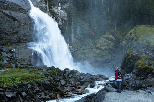 Austria, High Tauern National Park, senior woman at Krimml waterfalls - WWF05018