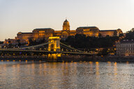 Hungary, Budapest, Buda Castle and chain bridge at dusk - RUNF01765