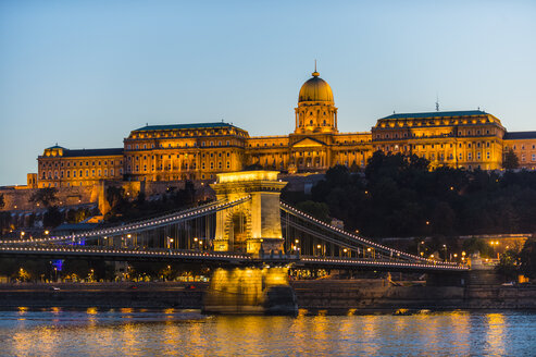 Hungary, Budapest, Buda Castle and chain bridge at dusk - RUNF01768