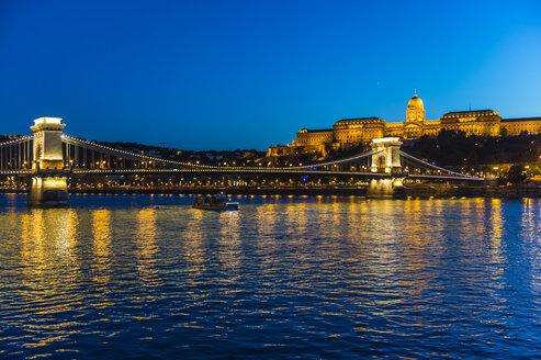 Hungary, Budapest, Buda Castle and chain bridge at dusk - RUNF01771