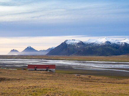 Iceland, Austurland, landscape with house and mountains on the way to Egilsstadir - TAMF01257
