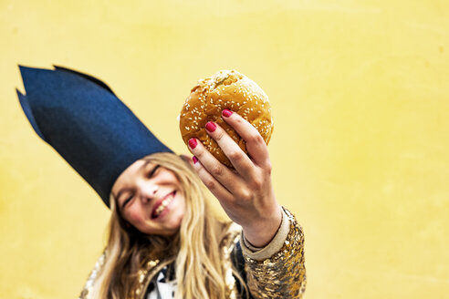 Hand of smiling girl holding Hamburger, close-up - ERRF00908