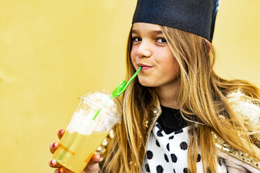 Portrait of content girl drinking soft drink - ERRF00914