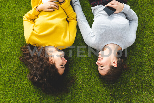 Girlfriends talking on grass - CUF50309 - William Perugini/Westend61