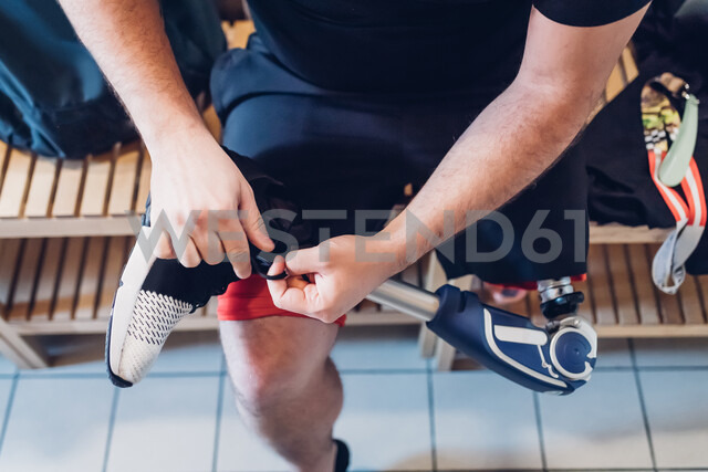 Man with prosthetic leg in gym changing room - CUF50384 - Eugenio Marongiu/Westend61