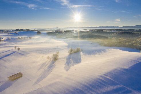 Winterlandschaft mit Alpenkette bei Sonnenaufgang, bei Münsing, Fünfseenland, Drohnenaufnahme, Alpenvorland, Oberbayern, Bayern, Deutschland - SIEF08566