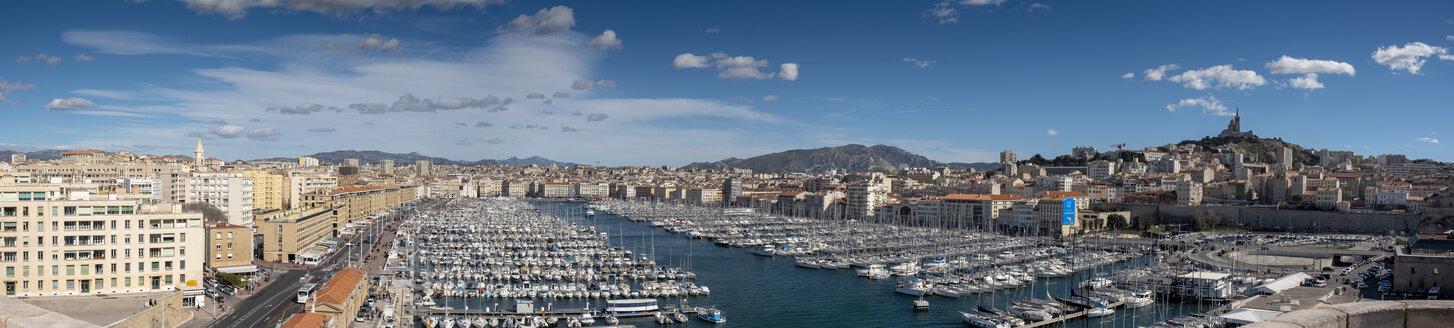 am Alten Hafen, Vieux Port, mit Basilika, Basilique Notre-Dame de la Garde, Altstadt, Marseille, Provence-Alpes-Côte d'Azur, Frankreich - LBF02560