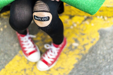 Close-up of band-aid on girl's injured knee - ERRF01042