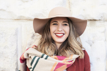 Portrait of a smiling stylish woman wearing a floppy hat - IGGF01128