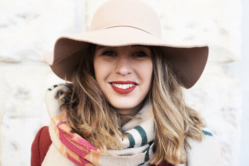 Portrait of a smiling stylish woman wearing a floppy hat - IGGF01134