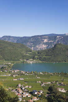 Italy, South Tyrol, Alto Adige, Province Bozen, region Kaltern, St. Josef am See, Kalterer See and vineyards, Leuchtenburg Castle (Wahrzeichen am Kalterer See), north part of Kalterer Lake (hotels, camping, beach, marina, etc. - GWF06065