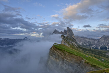 Italy, Dolomites, Sout Tyrol, Puez-Geisler Nature Park, Val di Funes, View from the mountain Seceda to the mountains of the Geisler Group - RUEF02172