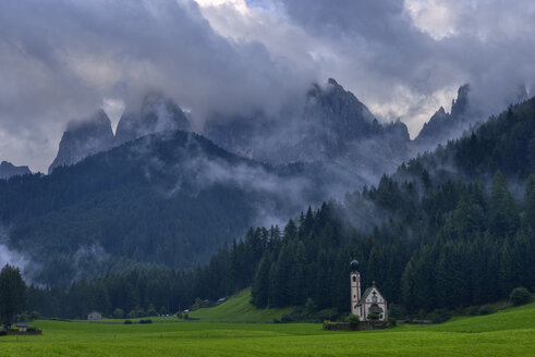 Italy, Trentino Alto-Adige, Val di Funes, Santa Maddalena, San Giovanni in Ranui chapel with Geisler Mountain Group in background - RUEF02175