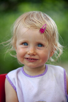Portrait of blond little girl with bib and pink haipin - GAF00140
