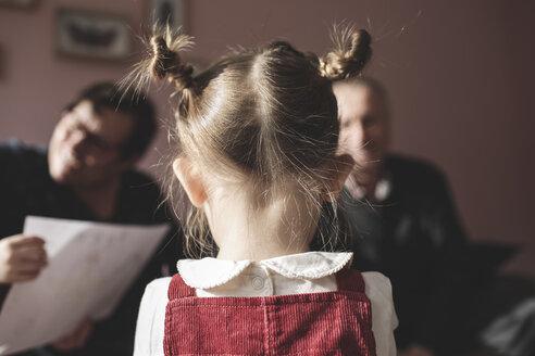 Krefeld, NRW, Deutschland. Ein kleines Mädchen steht mit Grosseltern im Hintergrund. - KMKF00812