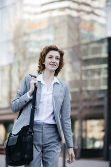Young businesswoman commuting in the city - JRFF03048