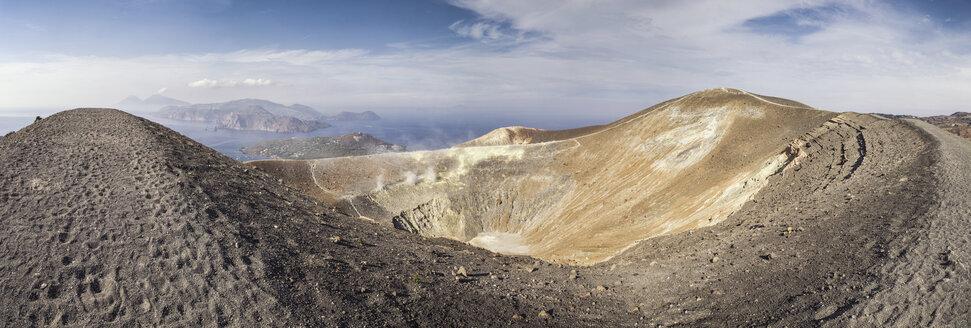 Panoramablick in den Krater Gran Cratere und die dahinterliegenden liparischen Inseln,, Insel Vulcano, Gran Cratere, liparische Inseln im Tyrrhenischen Meer vor der Nordküste Siziliens, Sizilien, Italien - MAMF00516