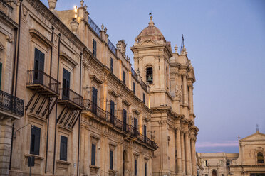 Italy, Sicily, Syracuse Province, Val di Noto, Noto, Noto Cathedral in the evening - MAMF00531