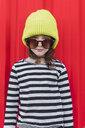 Portrait of little girl wearing striped shirt, yellow cap and oversized sunglasses - ERRF01167