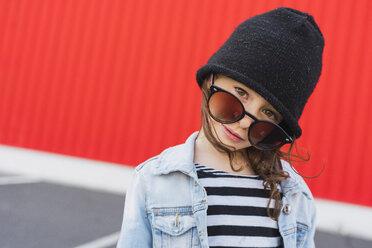 Portrait of little girl wearing black cap and oversized sunglasses - ERRF01185