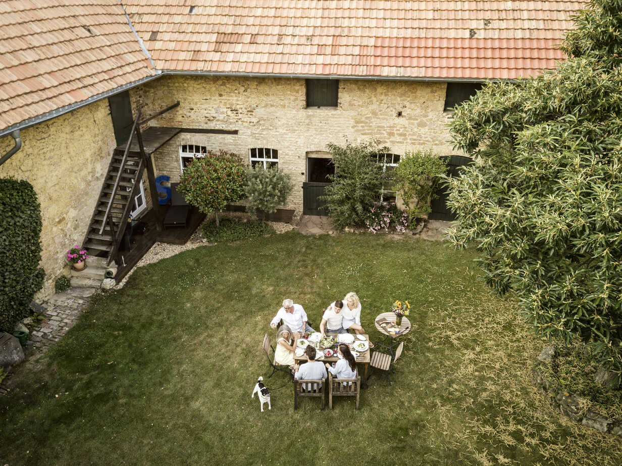 Family eating together in the garden in summer - PESF01558 - Peter Scholl/Westend61