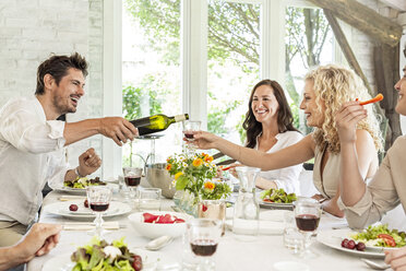 Hapüpy family celebrating together, drinking wine - PESF01591