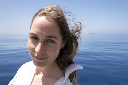 Portrait Frau (42) auf Fähre, Haut ohne Makeup, Schweiß, pralle Sonne, Tropen, Hitze, UV Strahlung, helle Haut, empfindliche Haut, braune Haare, blaue Augen, Meer, indischer Ozean, Wasser, Ausblick, Genuss, Freude, Haare, Wellness, Vertrauen, blau, weiß, Urlaub, Seychellen - NDF00909
