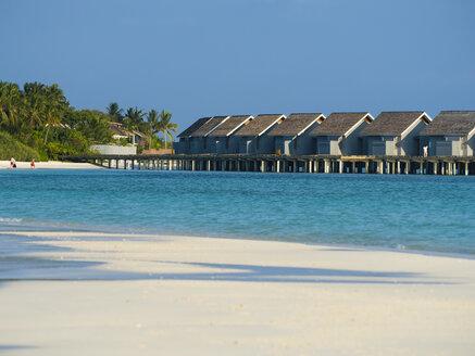 Malediven, Rasdoo-Atoll, Lagune einer Malediveninsel mit Sandstrand und Wasserbungalows - AMF06904