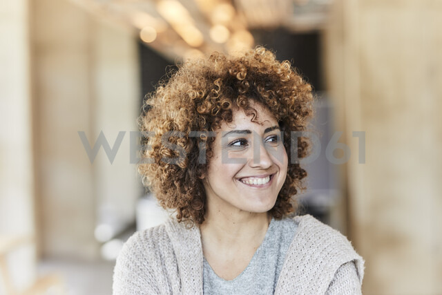 Portrait of smiling woman with curly hair - FMKF05590 - Jo Kirchherr/Westend61