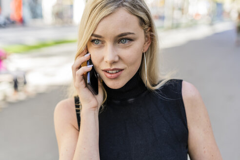 Portrait of blond woman on the phone - GIOF06221