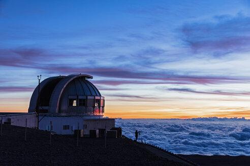 USA, Hawaii, Mauna Kea volcano, telescopes at Mauna Kea Observatories at sunset - FOF10647