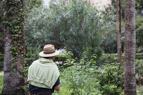 Mann im Parco Archeologico della Neapoli, Syrakus, UNESCO-Weltkulturerbe, Provinz Syrakus, Sizilien, Italien - MAMF00562